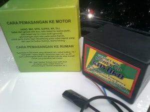 Cara pasang Genset listrik Mini Portabel sudah ada di kotak kemasan. Seperti terlihat di gambar di atas.