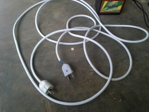 kabel penghubung genset ke stop kontak 1 300x225 - Genset Listrik Mini Portable Untuk Lampu